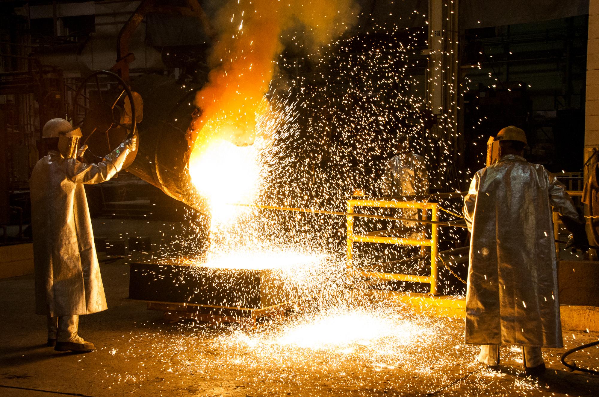 Des ouvriers versent de l'acier en fusion à plus de 1400 °C.